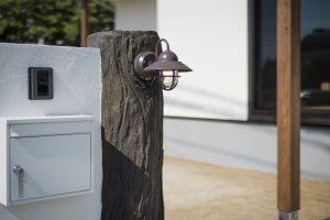 造形モルタルの擬木と外灯